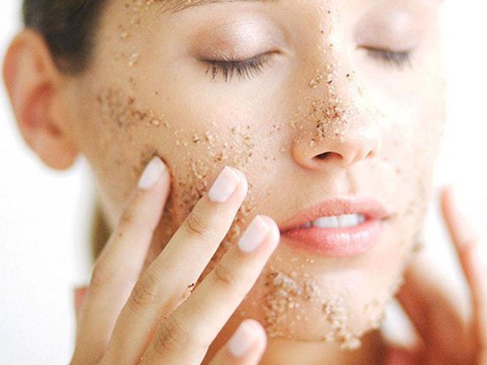 Tẩy da chết cho da mặt đòi hỏi sự tỉ mỉ cẩn thận cao hơn