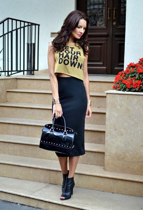 Chân váy ôm đen mix cùng áo croptop đơn giản