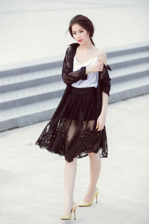 áo hai dây cùng chân váy đen