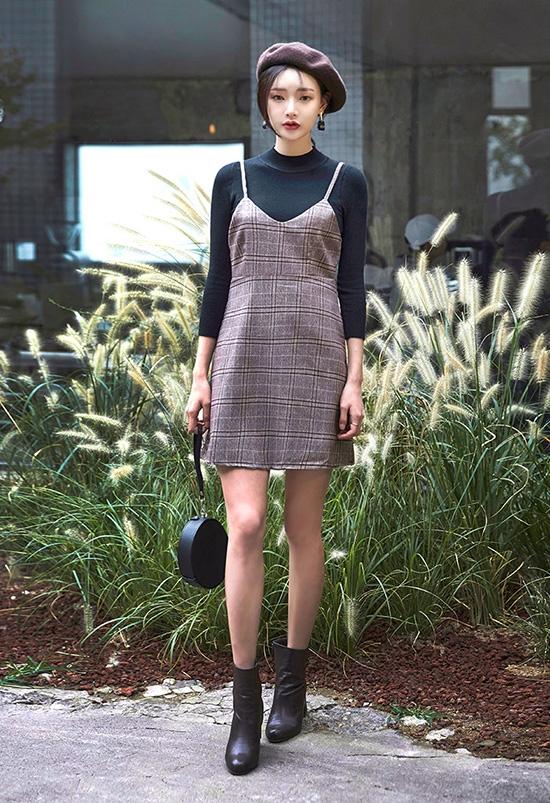 Các mẫu áo len mỏng có thể mix cùng váy yếm