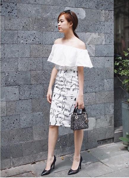 Chân váy bút chì ngắn họa tiết mix cùng áo trễ vai