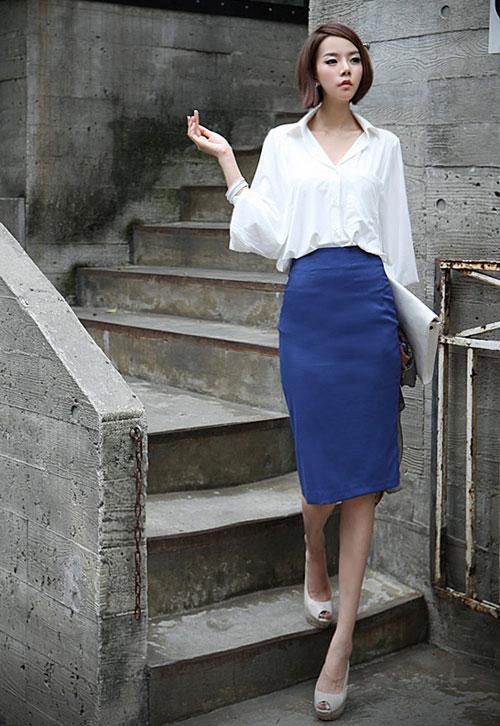 Chân váy ôm 1 màu mix cùng sơ mi trắng nổi bật