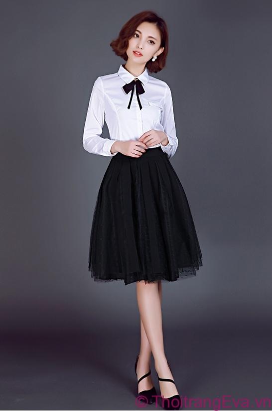 Chân váy xòe đen mix cùng sơ mi trắng