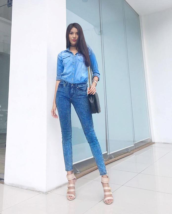 Tone màu xanh coban kiểu jean khá phù hợp cho làn da ngăm đen