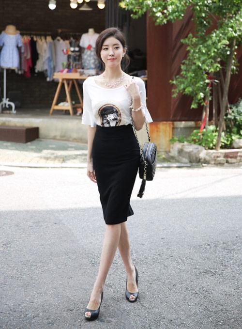 Áo phông mix cùng chân váy ôm đen