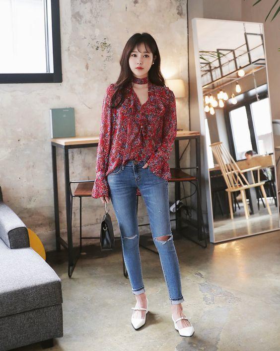 quần jean với áo sơ mi họa tiết