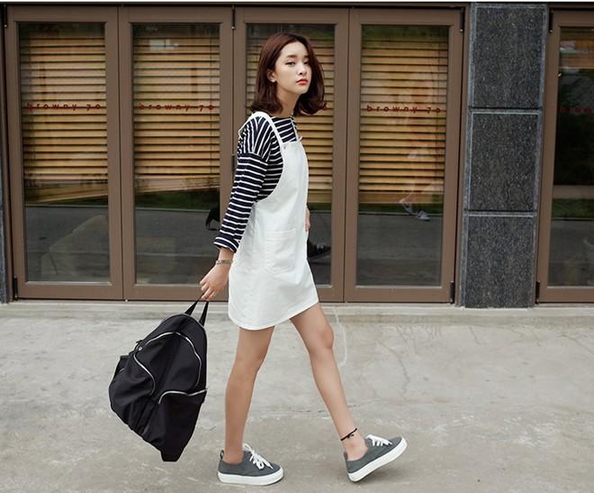 Các mẫu áo thun kẻ có thể dễ dàng mix cùng nhiều loại váy yếm vải