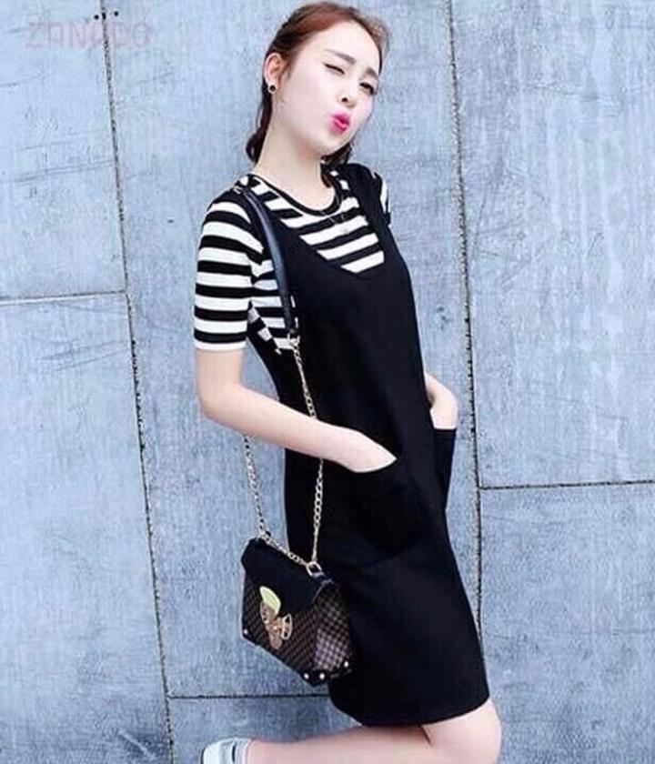 Áo phông kẻ mix cùng váy yếm đen khá nổi bật