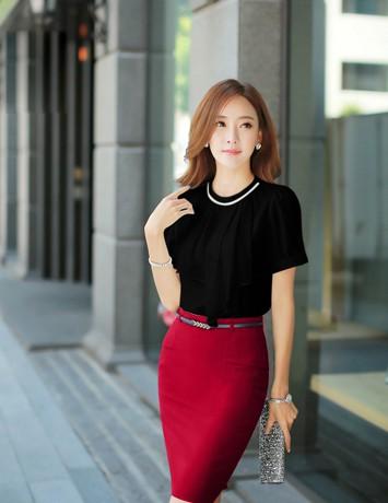 Áo đen và chân váy đỏ