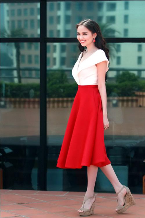 Sandal đế cao cùng chân váy