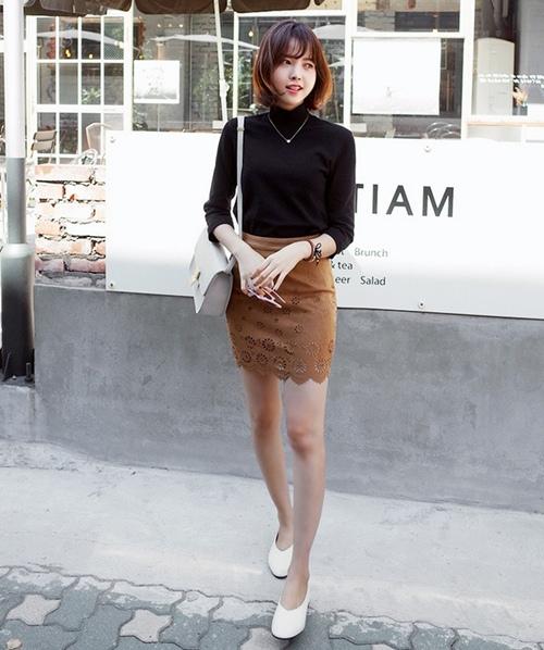 Áo đen mix cùng chân váy nâu cá tính