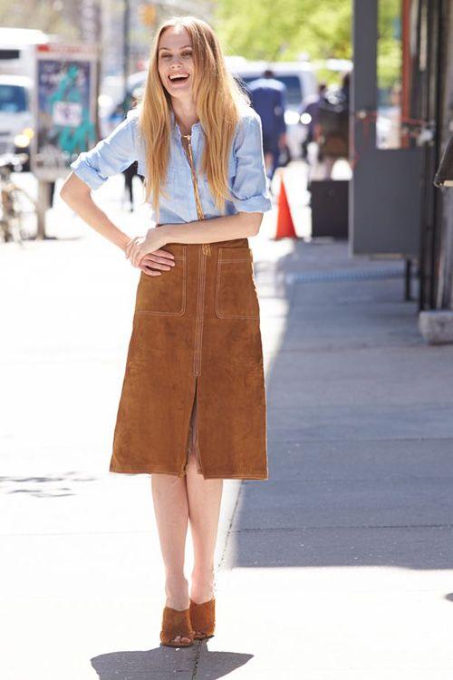 Áo xanh và chân váy nâu vô cùng nữ tính