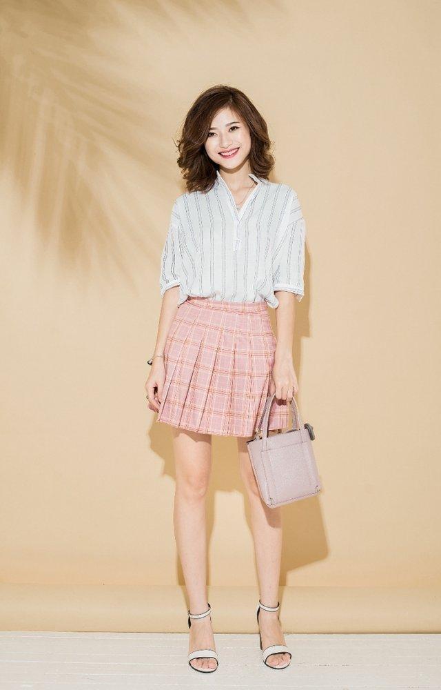 Áo kẻ mix cùng chân váy hồng mang đến set đồ vô cùng năng động
