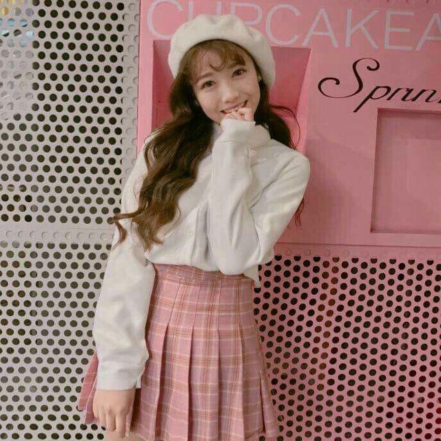 Áo sơ mi trắng mix cùng chân váy xòe hồng trẻ trung và năng động