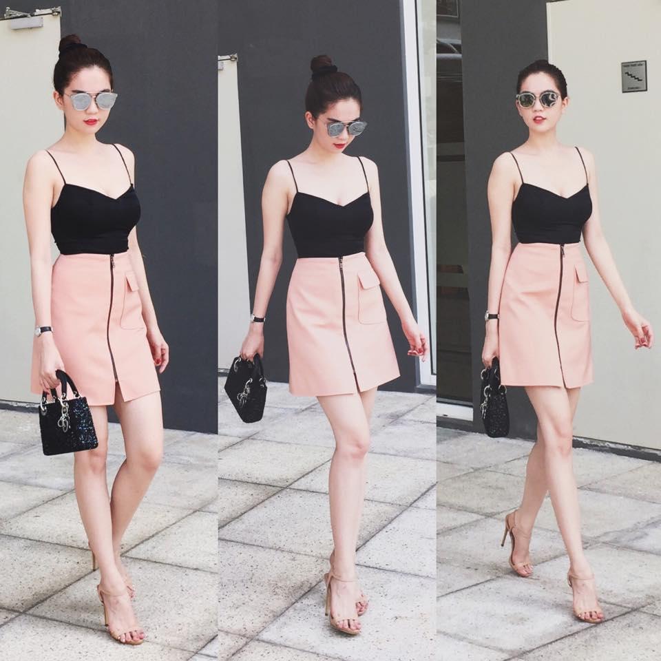 Áo hai dây đen mix cùng chân váy hồng ôm cá tính và cuốn hút