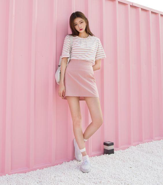Áp phông kẻ cũng là gợi ý khi mix đồ cùng chân váy hồng