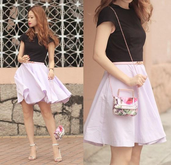 Mix áo màu đen cùng chân váy xòe hồng phù hợp