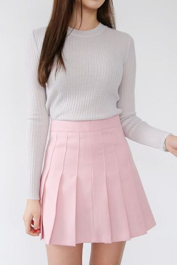 Chân váy xòe hồng mix cùng áo xám cũng khá phù hợp
