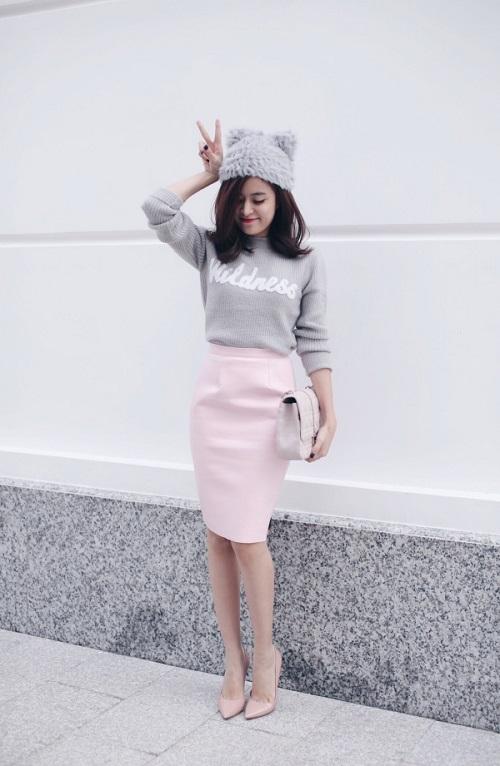 Mix áo màu xám cùng chân váy hồng ôm cơ thể tôn dáng