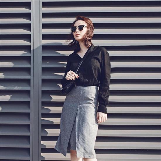 Áo đen kết hợp cùng chân váy xám cá tính