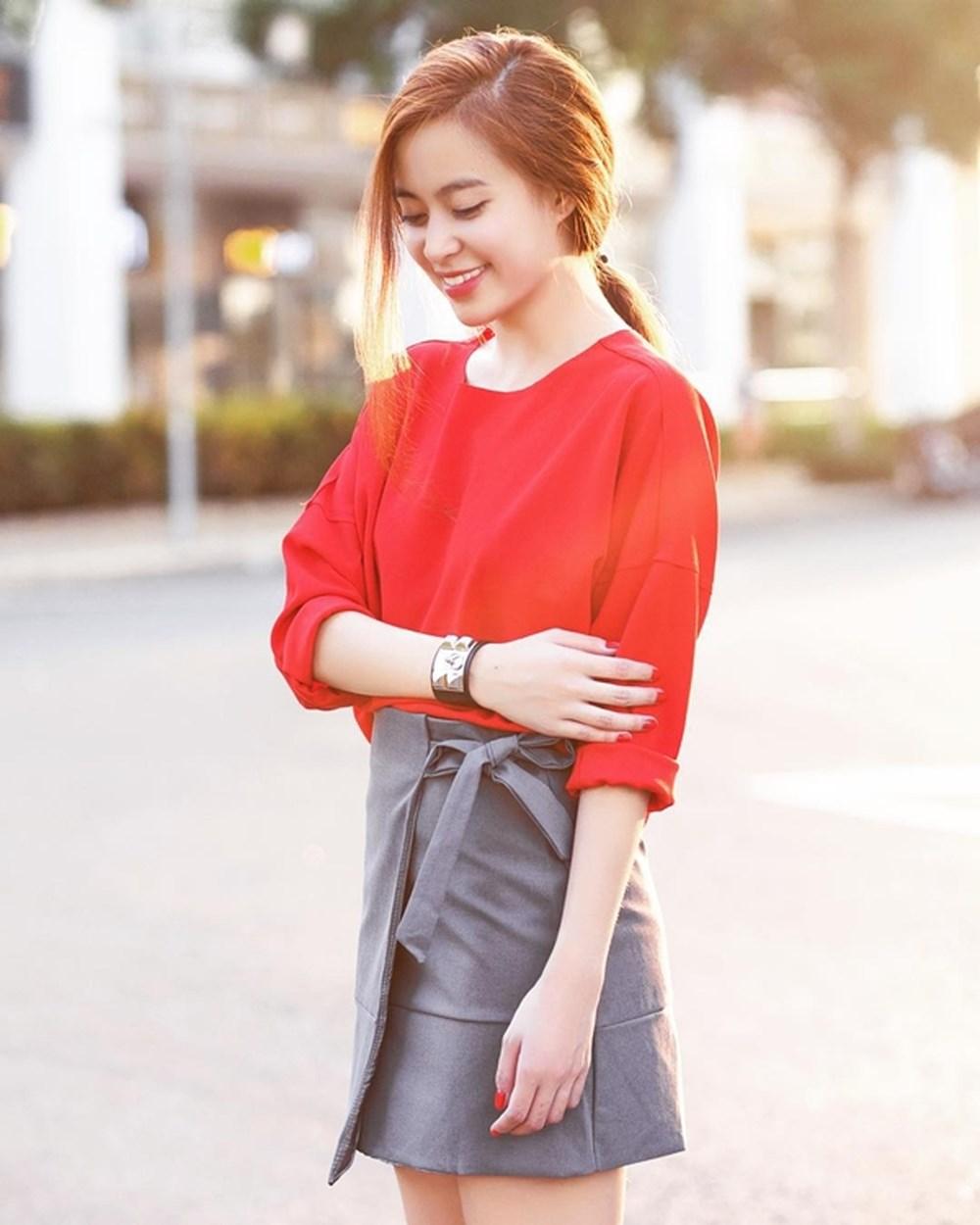 Mix áo đỏ cùng chân váy xám vô cùng nổi bật