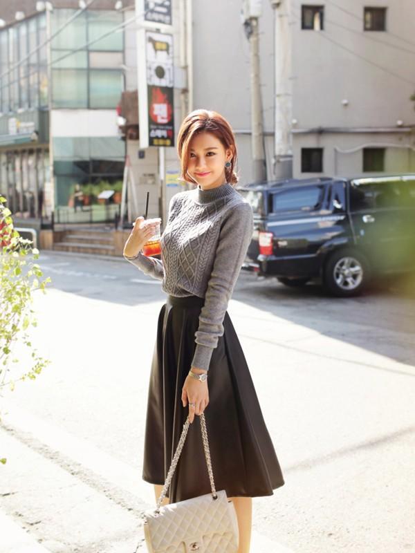 Vẫn là mix cùng áo len xám nhưng chân váy đen dài xòe lại tôn lên nét duyên dáng và nữ tính