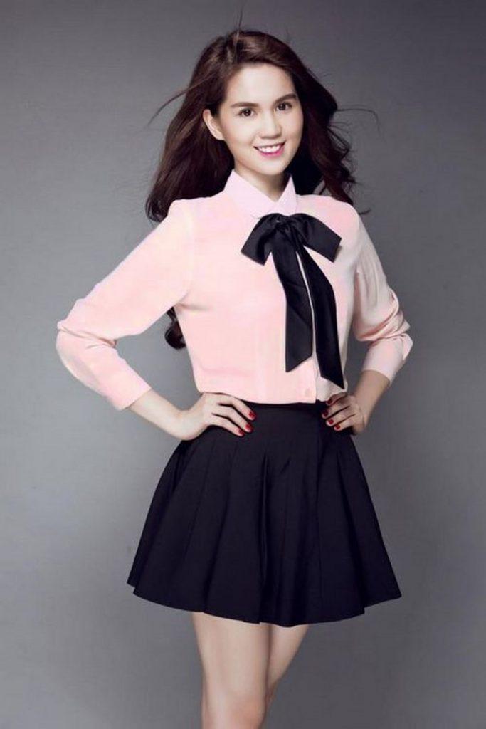 Chân váy đen kết hợp cùng sơ mi màu hồng và nơ tôn lên vẻ cuốn hút
