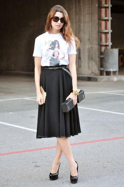 Áo phông trắng họa tiết mix cùng chân váy đen xòe dài nữ tính