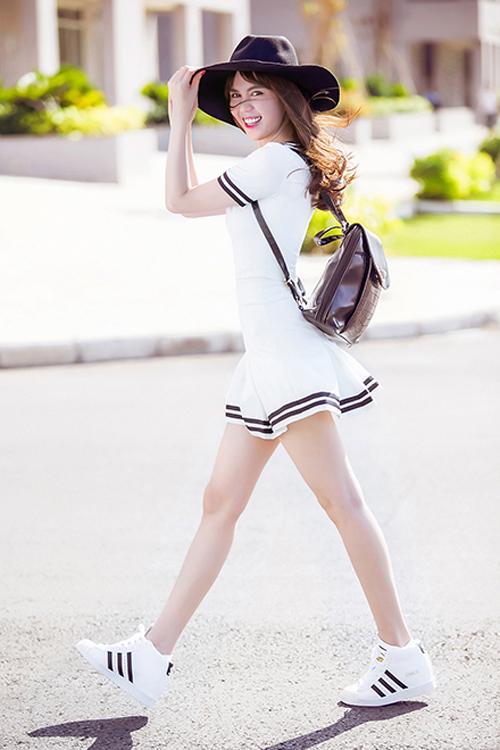 Giày thể thao trắng mix cùng váy