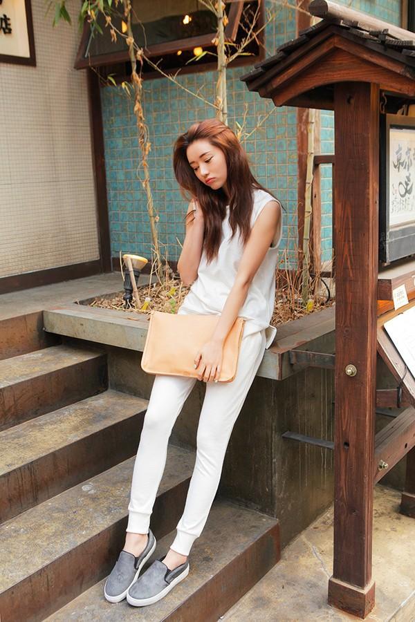 Quần trắng mix cùng giày xám nổi bật