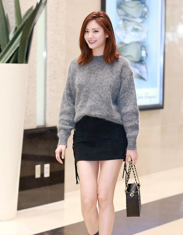 Chân váy len ngắn mix cùng áo len