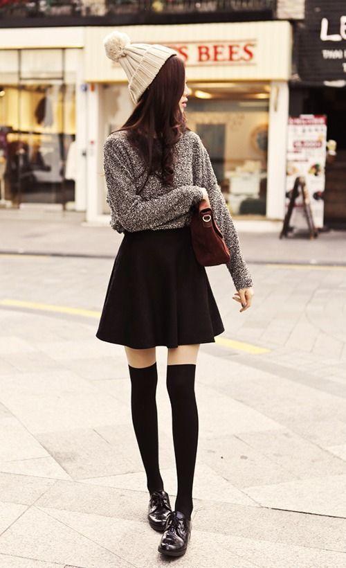 Chân váy xòe đen mix cùng áo len xám cá tính