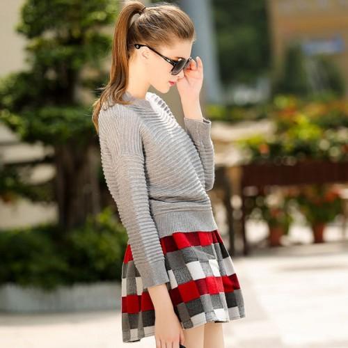 Váy xòe họa tiết khi mix cùng áo xám lại vô cùng sang chảnh và thu hút