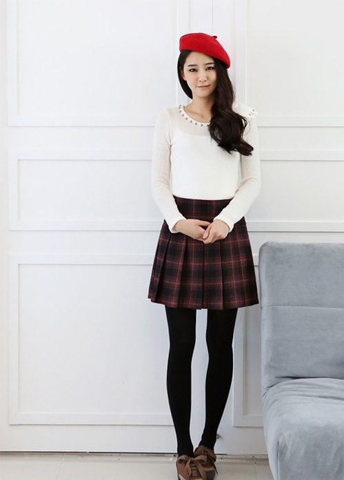 Chân váy kẻ mix cùng áo len trắng cũng là lựa chọn không tồi cho quý cô