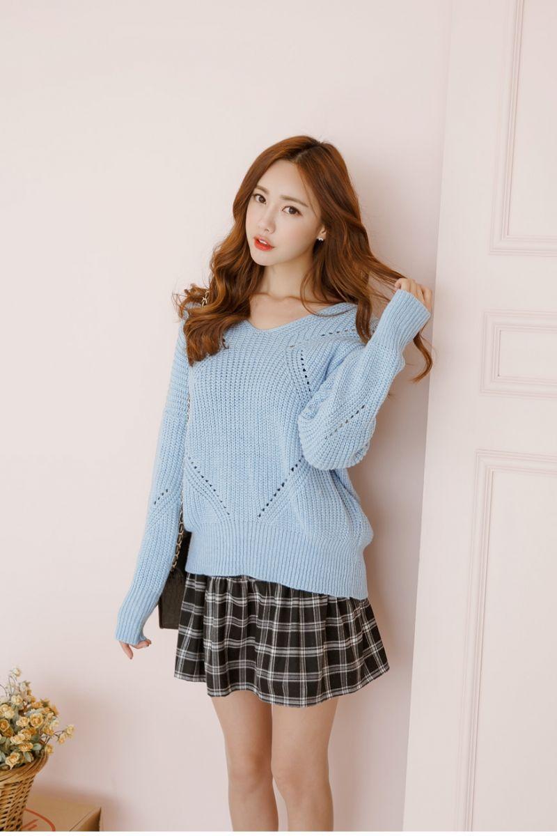 Váy kẻ xòe ngắn mix cùng áo len xanh da trời trẻ trung, tươi mới
