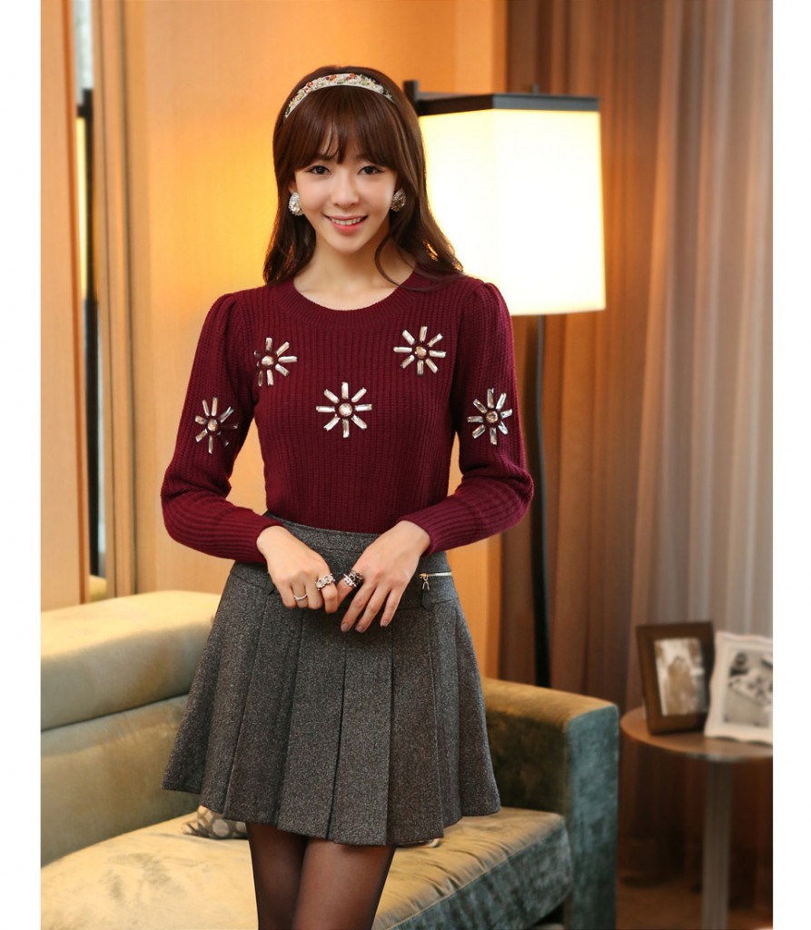 Chân váy xòe màu xám mix cùng áo len họa tiết đỏ thẫm