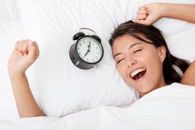 Ngủ đủ giấc và tránh thức khuya để không ảnh hưởng đến làn da