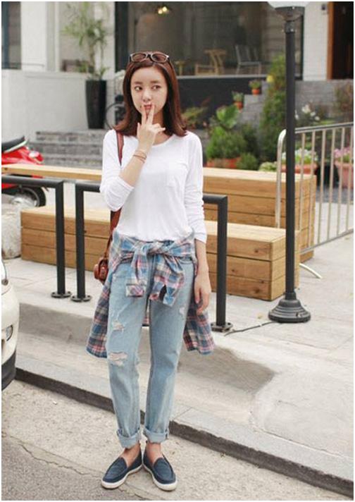 Giày bệt là gợi ý khi mix đồ cùng quần jean và áo thun
