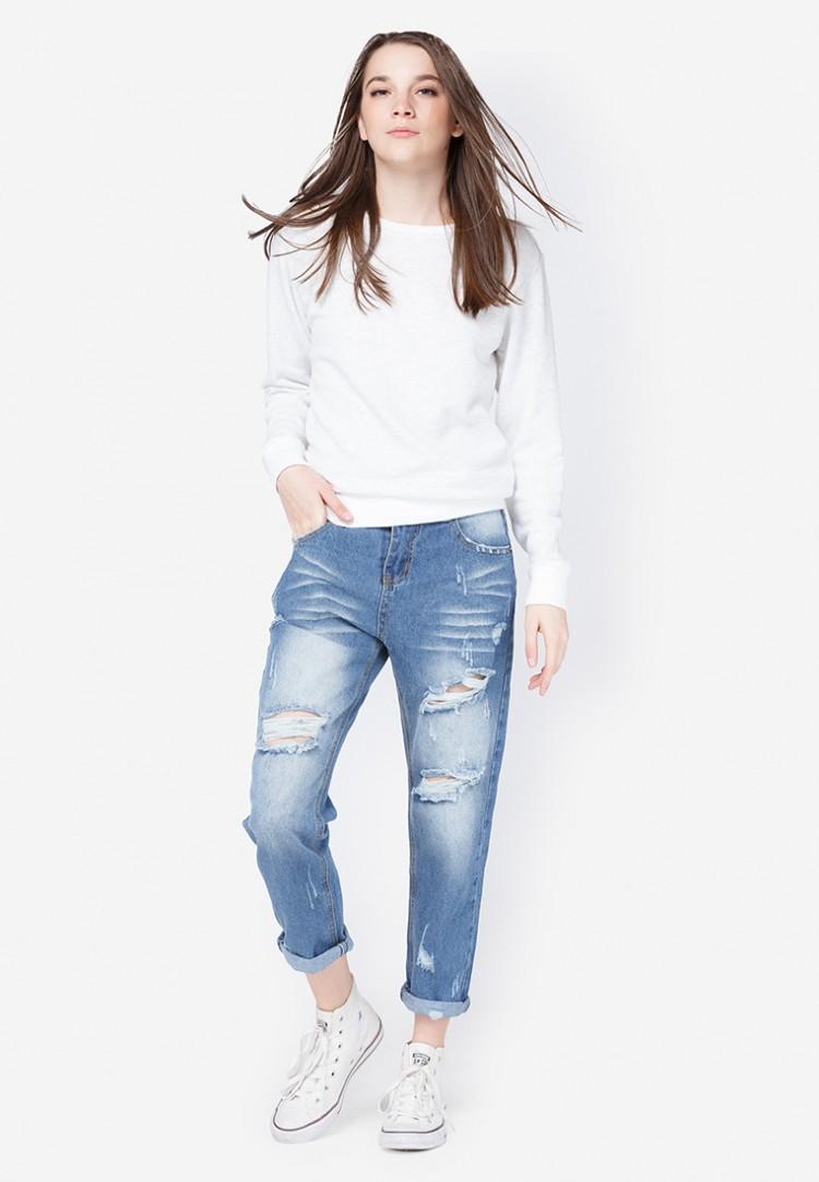 Mix quần jean áo thun cùng giày